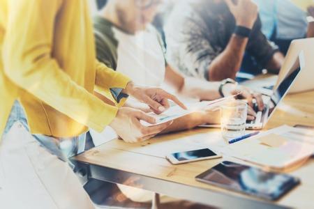 Vrouw collega maken van grote zakelijke beslissingen. Jong Marketing Team discussie Collectieve werk Concept Office. Start creatief idee presentatie Tablet. Hazen werken hout tabel papier plannen.