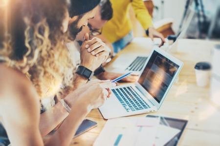 Gruppe Moderne Junge Geschäftsleute Gesammelt Diskussion Zusammen Kreative Project.Coworkers Meeting Kommunikation Gespräch Arbeits Office-Start Concept.Businessman Arbeit Laptop.Blurred Hintergrund