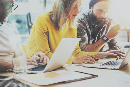 Gruppe Junge Mitarbeiter-Team-Arbeit Büro Studio.Account-Manager angezeigt New Business Idea Startup Presentation.Woman Typing Moderne Laptop.Desktop Computer-Holz Table.Blurred, Film Effect.Horizontal