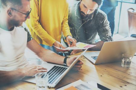 동료 팀 작업 현대 사무실 장소입니다. 새로운 비즈니스 아이디어를 보여주는 관리자 관리자 시작 프레 젠 테이 션. 지주 보고서 손. 히스패드 데스크 스톡 콘텐츠