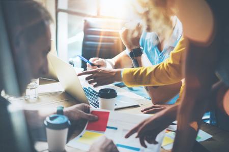 Jonge groep collega's maken van grote zakelijke beslissingen. Marketing Team discussie Corporate Work Concept Studio. Nieuwe opstarten creatief idee presentatie Laptop. Mensen werken houten tabel documenten.