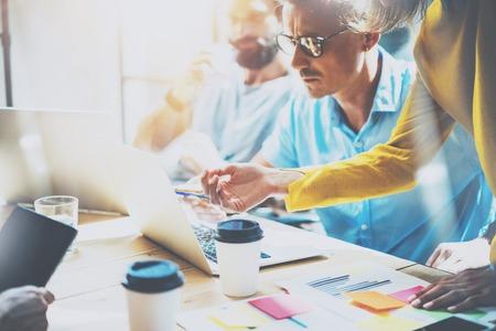 Young Group Coborkers 큰 사업 결정 만들기. 크리에이티브 팀 토론 Corporate Work Concept Studio.New 시동 아이디어 프레젠테이션 Laptop.People Working 목재 테이블 Documen