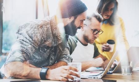 Groep jonge mensen uit het bedrijfsleven bijeen bespreken van creatief idee Cafe.Startup Concept Collega Meeting.Brainstorming werkproces Office.Using Modern Electronics Gadgets.Blurred Achtergrond