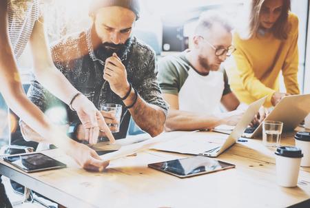 Rapport sur la diversité Startup Travail d'équipe Réunion de réflexion Concept.Business équipe Coworkers Partage économie mondiale Document de travail sur la planification Laptop.People Début Up.Group jeune homme Femmes Discutant Bureau