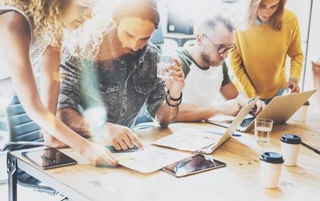 Startup Diversity Teamwork 브레인 스토밍 회의 개념. 비즈니스 팀 동료 공유 세계 경제 보고서 문서 랩탑. 직원 근무 계획 시작. 그룹 젊은 힙 스터 카페 토론