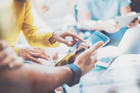 근접 촬영 젊은 비즈니스 사람들이 함께 크리 에이 티브 아이디어를 논의합니다 .Startup 브레인 스토밍 개념. 동료 만들기 위대한 결정입니다. 마케팅 팀 토론 작업 프로세스. 태블릿 손을 사용 하여 친구 스톡 콘텐츠 - 64805230