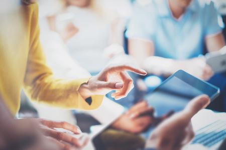 personas reunidas: Primer Jóvenes Empresarios congregados Discutiendo creativo Idea.Startup Lluvia de Process.Coworker Haciendo Gran Decision.Dream Discusión de Trabajo Concept.Friends usa la tablilla de la mano