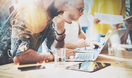 Startup Diversité Travail d'équipe Brainstorming Réunion Concept.Business Team Coworkers Analyser Finances Rapport Laptop.Personnes travaillant Start Up Process.Group Jeunes Hipsters Discuter Bureau Arrière-plan flou Banque d'images
