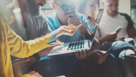 Avvio Diversità Lavoro di squadra Brainstorming Meeting Concept.Business squadra Collega Analizzare strategia Laptop Process.Brainstorm persone FUNZIONAMENTO AVVIO Up.Group giovani pantaloni a vita bassa Uso gadget Rapporto dell'Ufficio