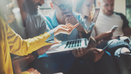 Startup Diversity Teamwork 브레인 스토밍 회의 개념. 비즈니스 팀 동료 전략 분석 랩탑 프로세스. 브레인 스토밍 작업 시작. 사람들이 가젯을 사용하여 그룹