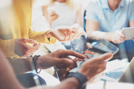 Primer plano Arranque Diversidad Trabajo en equipo Lluvia de ideas Reunión Concepto. Negocio Equipo Compañero de trabajo Analizar Estrategia Laptop Process.Brainstorm Personas Working Start Up.Group Young Hipsters Usando Gadgets Hands