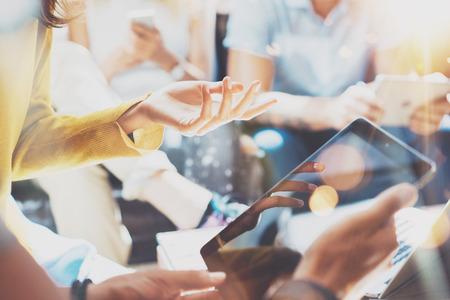 Closeup Start Diversiteit Teamwork Brainstormen Vergaderingsconcept. Zaken Team Medewerker Analyse Strategie Laptop Proces. Brainstorm Mensen Start Opstarten. Groep Jonge Hipsters Gadget Hand Flares Gebruiken