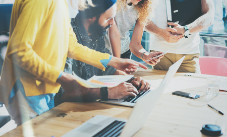 Closeup Groep Jonge Medewerkers Maken Grote Bedrijf Brainstormen Moderne Loft. Creatieve Team Hipsters Discussie Tijdens het Werk Process.Concept Startup Idee Presentation.Teamwork Gadgets gebruiken.Blurred Stockfoto