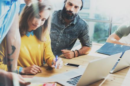 그룹 현대 젊은 비즈니스 사람들이 함께 크리 에이 티브 프로젝트 논의. 작업 프로세스 동안 동료 토론 Office.Concept 수염 난 사업가 시작 시동 Laptop.Blurre 스톡 콘텐츠