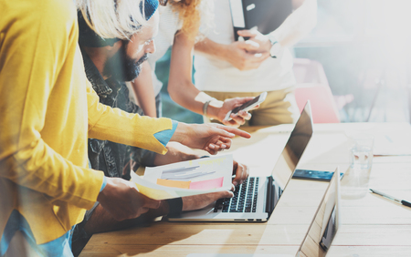 作業プロセス ロフト Office.Concept ヒップスター スタートアップのアイデア プレゼンテーション ガジェット木製デスク Table.Blurred を作業中に大きなビ