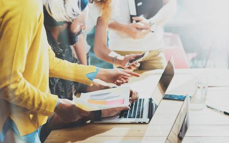 Jonge Vrouw Medewerker maken van grote bedrijven Decisions.Marketing Team discussie tijdens werkproces Loft Office.Concept Hipsters Working Startup Idea Presentatie Gadgets Houten Bureau Table.Blurred