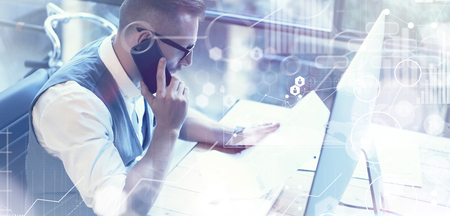 Concept Global Connection Icône virtuelle Diagramme Graphique Marché Interface Reserch.Bearded Homme d'affaires Faire Grande entreprise Decisions.Young Man Startup travail Desktop.Using Smartphone Appel Partner.Wide Banque d'images