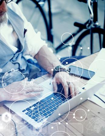 Concept Globale Strategie Virtueel Pictogram Diagram Grafiek Interface Innovatie Reserch.Bearded Zakenman Zoeken Grootzakelijke beslissing. Jongeman Werkend Laptop Opstartproject. Wazig close-up verticaal