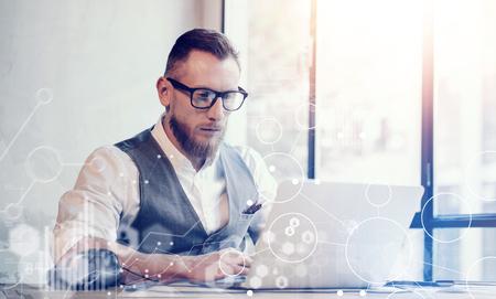 cuenta bancaria: Estrategia Global concepto Icono virtual Diagrama gráfico de interfaz de Inversiones Reserch.Bearded hombre de negocios Workin gran negocio Decisions.Young trabajo portátil Hombre proyecto de inicio. borrosa Horizontal