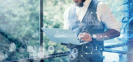 Konzept Globale Strategie Graph Virtuelle Icon Diagram.Innovations Suche Interface.Bearded Geschäftsmann-tragende Gläser weißes Hemd Weste Typing Post Moderne Laptop Seine Hand.Blurred Background.Wide Standard-Bild - 64805393
