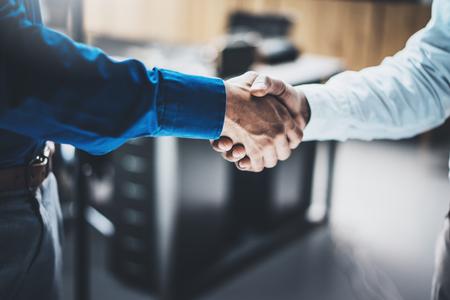 Zakelijke partnerschap handdruk concept. Close-up foto van twee businessmans handshaking proces. Succesvolle deal na geweldige vergadering. Horizontale, onscherpe achtergrond