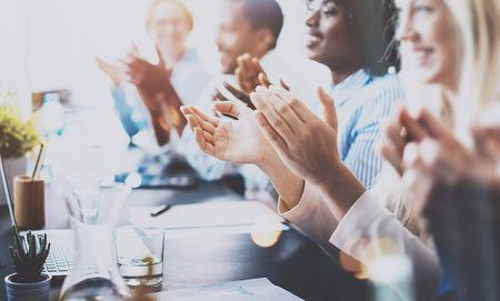 Photo de partenaires applaudir mains après séminaire d'entreprise. La formation professionnelle, réunion de travail, la présentation ou le coaching concept.Horizontal, fond flou Banque d'images