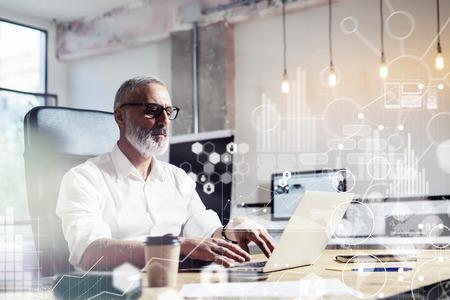 Concept van digitale scherm, virtuele icon, diagram, grafiek en financieel analist interfaces.Middle leeftijd het dragen van een klassieke bril en het werken op de houten tafel met uitwisseling markets.Horizontal Stockfoto