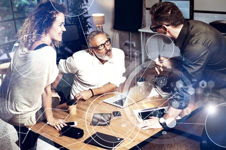 Concepto de la pantalla digital, icono de la conexión virtual, diagrama, gráfico interfaces.Bearded hombre hablando con el director de cuenta y manager.Business personas creativas que cumplen photo.Horizontal borrosa Foto de archivo