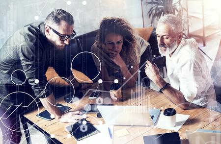 デジタル スクリーン、仮想接続のアイコン、ダイアグラム、グラフのインターフェイスの概念。ビジネス人ブレーンストーミング写真。アカウント  写真素材