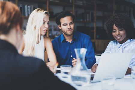 현대 사무실에서 좋은 작업 토론을 만드는 동료의 젊은 팀. 파트너와 얘기하는 Hispanic 사업가. 개념을 회의하는 사업 사람들. 가로로, 배경을 흐리게