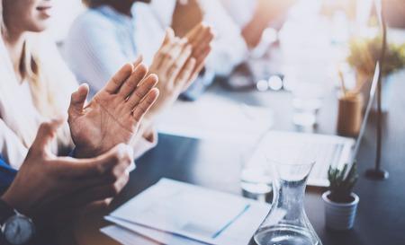 manos aplaudiendo: Cierre de vista de los oyentes seminario de negocios aplaudiendo. La educación profesional, reunión de trabajo, presentación o entrenamiento concept.Horizontal, fondo borroso