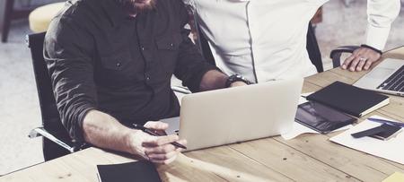 Closeup vista di uomo barbuto lavorando insieme con il collega in un nuovo progetto di avvio. Persone di lavoro persone lavoro di squadra. Horizontal wide, effetto film