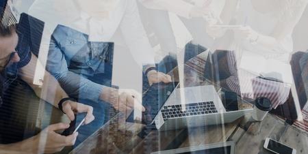 近代的なオフィスに新しいスタートアップ プロジェクトに一緒に取り組んで若い同僚の二重露光。ビジネス人ブレーンストーミングのコンセプトで