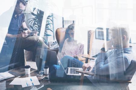 exposicion: Concepto de compañeros de trabajo jóvenes que trabajan juntos en nuevo proyecto de inicio en las personas modernas que hacen studio.Business gran edificio de oficinas en el decisions.Skyscraper borrosa background.Flare, doble exposición