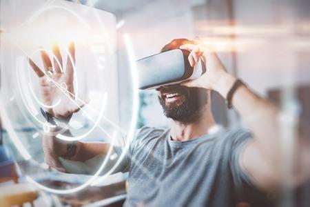 デジタル画面、接続およびインターフェイスの概念。Beraded ヒップ enjoyingvirtual 現実は、モダンなデザインのホーム スタジオでメガネします。VR での