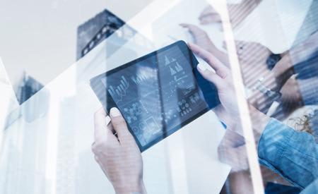 display.Double 노출 모바일 gadgets.Icon 및 Diagramm 사용을 사용하여 현대 전자 tablet.Concept 사업 사람들을 들고 여성 손의 근접 촬영, 마천루 사무실 건물 배경