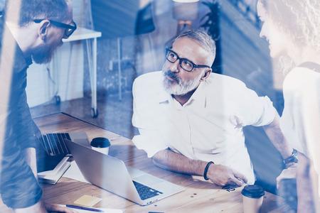 Concepto de la gente de coworking dobles exposure.Young haciendo gran discusión actúan en el hombre moderno studio.Bearded que habla con el edificio de oficinas adultos businessman.Skyscraper borrosa en background.Horizontal
