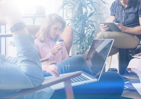 함께 모이고 새로운 프로젝트를 논의 현대 젊은 비즈니스 사람들의 그룹입니다. 회의실에서 동료 팀입니다. 배경 흐리게, 시각 효과.