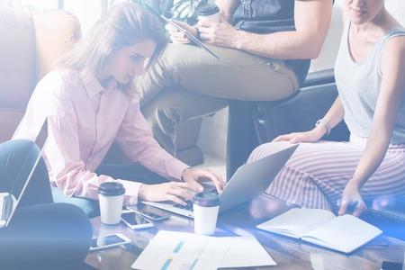 함께 모여 하 고 새로운 프로젝트를 논의하는 젊은 창조적 인 사람들의 그룹입니다. 회의실에서 동료 팀입니다. 배경 흐리게, 시각 효과.