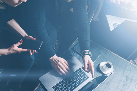 Groupe de deux collègues qui font une grande réflexion au cours du processus de travail chez l'homme barbu loft.Young moderne en utilisant les gens laptop.Business réunion concept.Horizontal, des effets visuels.