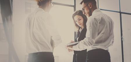 Business-Team bei der Arbeit process.Young Fachleute arbeiten mit neuen Marktstart. Projektmanager Treffen.Panoramic Fenster auf unscharfen Hintergrund.Horizontale breite Standard-Bild