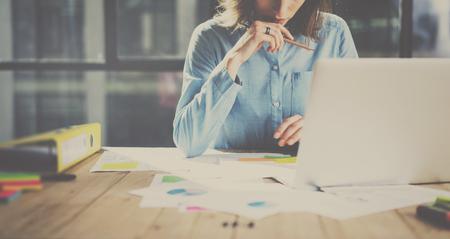 새로운 비즈니스 project.Blurred 배경에 나무 테이블에서 작업하는 현대 office.Account 관리자에서 작업 과정