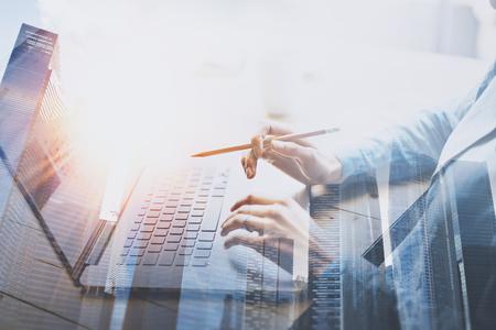 Geschäftsfrau, die im modernen Büro auf Laptop arbeitet Junge Frau, die am Holztisch mit Notizbuch arbeitet Unscharfer Hintergrund Doppelte Belichtung horizontal. Standard-Bild - 80529485