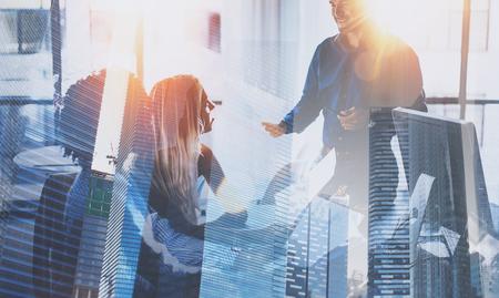 팀웍 프로세스입니다. 영 비즈니스 팀 현대 사무실 사무실에서 큰 비즈니스 토론을하고있다. 이중 노출, 스카이 스크 래퍼 건물 배경 흐리게. 가로. 특 스톡 콘텐츠