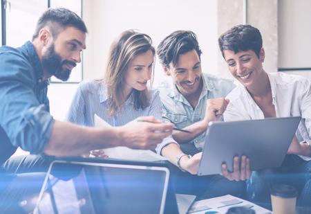 チームワーク プロセス。若い起業家は、オフィスの新しいスタートアップ プロジェクトで動作します。手でタッチ ・ パッドを保持している女性を