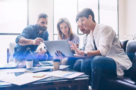 Concept de présentation nouveau projet de démarrage. Groupe de jeunes collègues discuter des idées entre eux dans le bureau moderne. Gens d'affaires à l'aide d'appareils électroniques. Banque d'images - 80529660