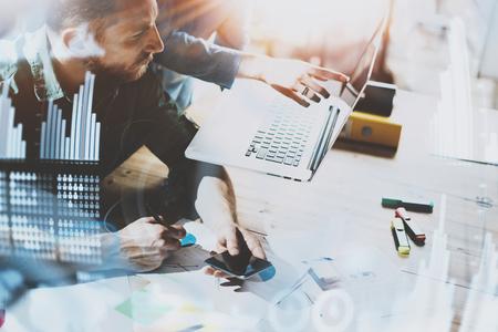Concept de processus de travail des gens d'affaires. Jeunes collègues de travail travaillant ensemble dans les bureaux modernes. Homme à l'aide de smartphone mobile. Concept de diagramme numérique, interfaces graphiques, icône de connexions. Arrière-plan flou. Banque d'images - 80529852