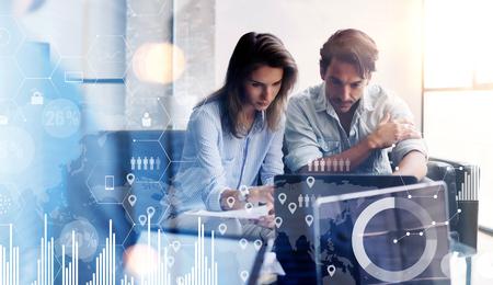 Concept de diagramme numérique, interfaces graphiques, écran virtuel, icône de connexions. Deux jeunes entrepreneurs travaillant sur ordinateur au bureau ensoleillé. Arrière-plan flou. Banque d'images - 86248614