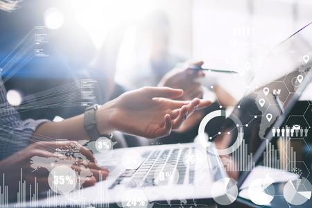 Concept de diagramme numérique, interfaces graphiques, écran virtuel, icône de connexions sur fond flou. Processus de réunion d'affaires. Main de femme pointant vers l'écran de l'ordinateur portable. Horizontal.