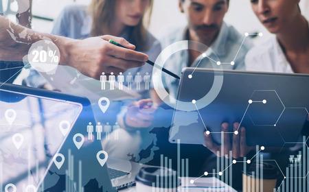 Conceito de diagrama digital, interfaces de gráfico, tela virtual, ícone de conexões no fundo desfocado. Reunião de equipe de trabalho em equipe.